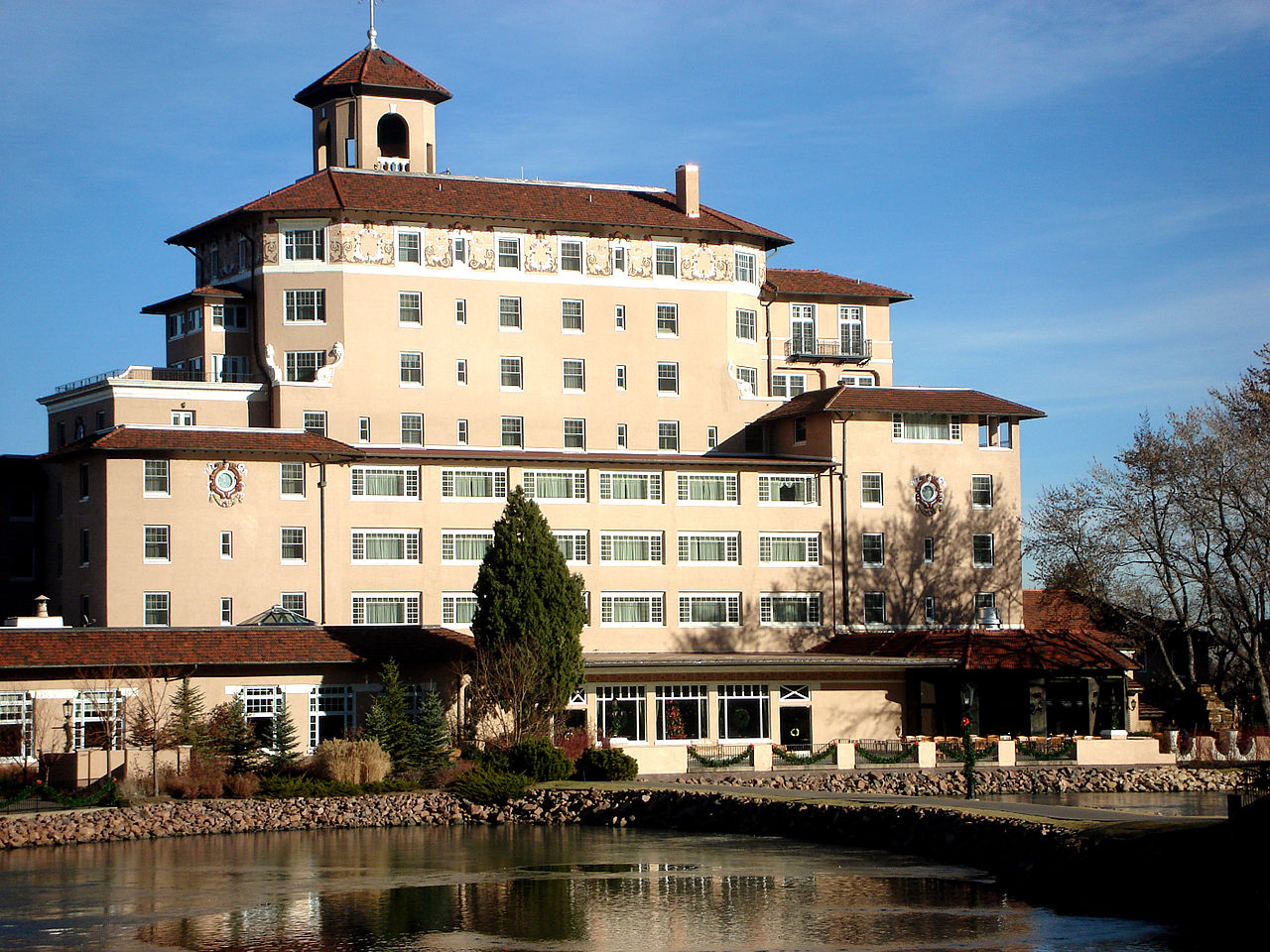 1280px-Broadmoor_Hotel,_Dec_2007.jpeg